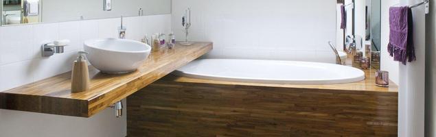 Drewno w łazience. Meble łazienkowe i podłoga mogą być z drewna