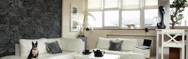 Czarno-biała aranżacja salonu. Białe meble do salonu
