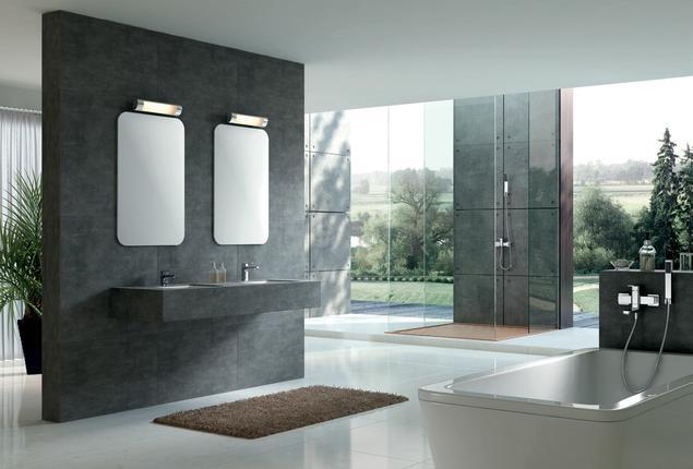 Aranżacja dużej szarej łazienki. Nowoczesne baterie łazienkowe