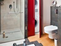 Modne aranżacje małych łazienek. Mała łazienka i drewno