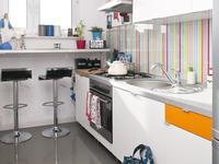 Aranżacje kuchni pełnej światła. Białe meble kuchenne