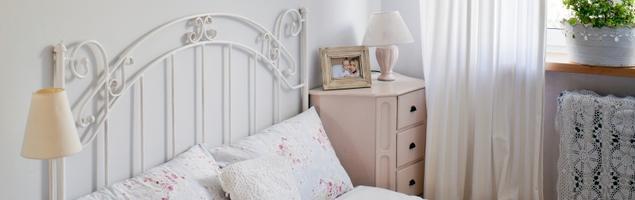 Biała sypialnia w stylu romantycznym