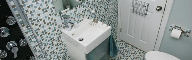 Łazienka w bloku. Jasna łazienka z wanną