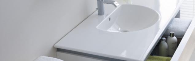 Funkcjonalna biała łazienka w filigranowej odsłonie