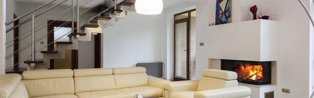 Jak zagospodarować miejsce pod schodami? Aranżacja salonu