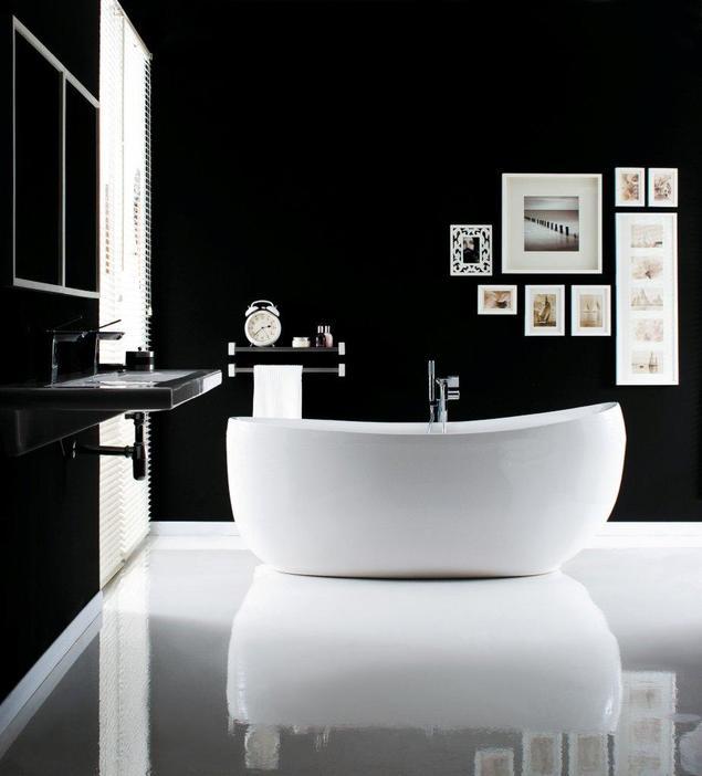 Prosta linia wanny w monochromatycznej aranżacji łazienki