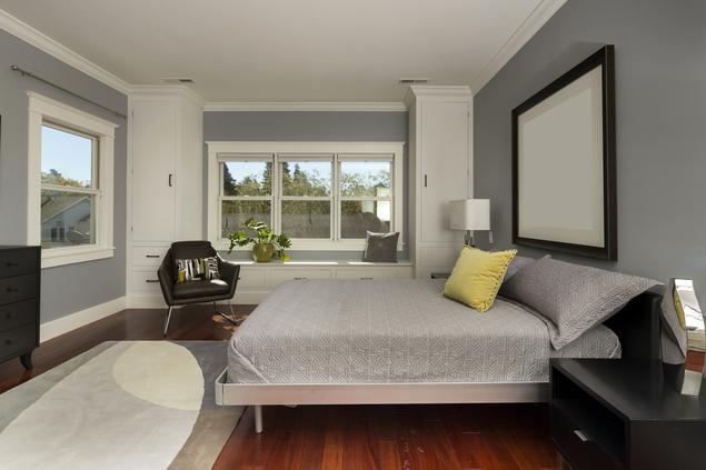 Szara sypialnia w stylu minimalistycznym – nowoczesne wnętrze